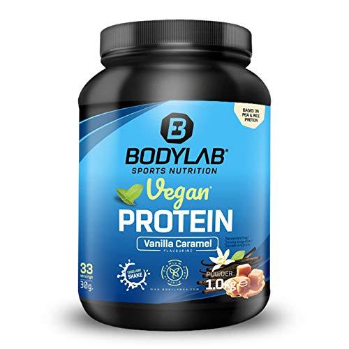 Bodylab24 Vegan Protein 1000g   Veganes Protein-Pulver mit 80% Eiweiß plus Aminosäuren   Rein pflanzlicher Eiweiß-Shake mit Erbsen- und Reisprotein   Vanille-Karamell