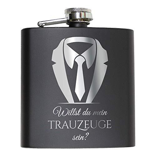 Pixelstudio Flachmann Willst du Mein Trauzeuge Sein? | Schwarz mit Gravur. Geschenk Idee für den Trauzeugen. Mit Anzug/Frack Motiv.