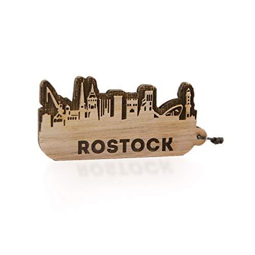 GRAVURZEILE Schlüsselanhänger Rostock Skyline aus Nussbaum Holz - Souvenir & Geschenk für Stadtverliebte