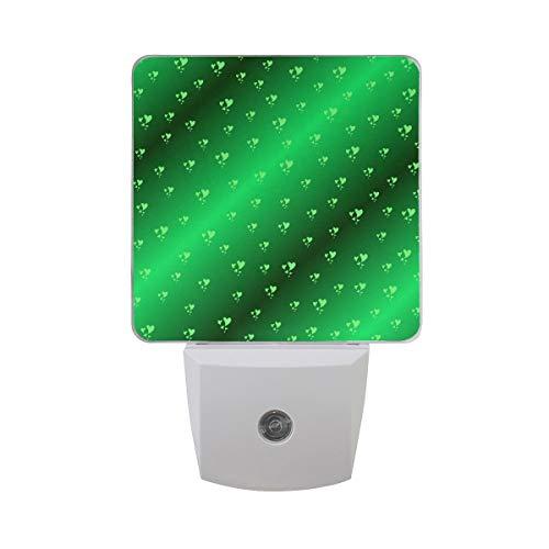 AOTISO Herzen in vierblättrigem Kleeblatt Kleeblatt irische Farben auf glänzendem grünem Hintergrund Auto Sensor Nachtlicht Plug in Indoor