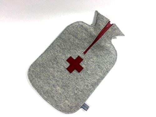 Filzschnitt, kuschelige Wärmflasche mit Kreuz in rot, handgefertigten Bezug aus 100% Schurwollfilz hellgrau