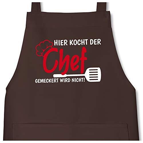 Schürze mit Motiv - Hier kocht der Chef gemeckert wird nicht - 80 cm x 73 cm (H x B) - Braun - kochschuerze maenner schwarz - X967 - Schürze und Kochschürze für Erwachsene