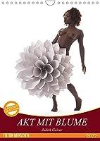 Akt mit Blume (Wandkalender 2022 DIN A4 hoch): Weiblicher Akt mit riesigen Papierblumen (Monatskalender, 14 Seiten )