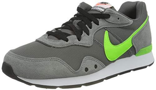 Nike Venture Runner, Sneaker Hombre, Iron Grey/Electric Green-Particle Grey-White-Hyper Crimson-Black, 43 EU