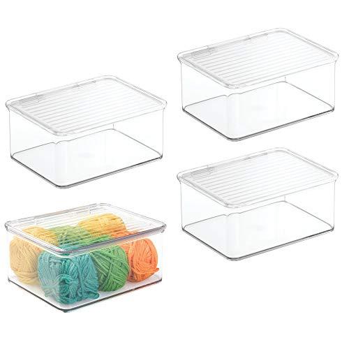 mDesign uppsättning med 4 små förvaringsbehållare för hem eller kontor – plastlåda med flera användningsområden med lock för förvaring – skrivbordsorganisatör perfekt för att hålla en ren och effektiv arbetsmiljö – genomskinlig