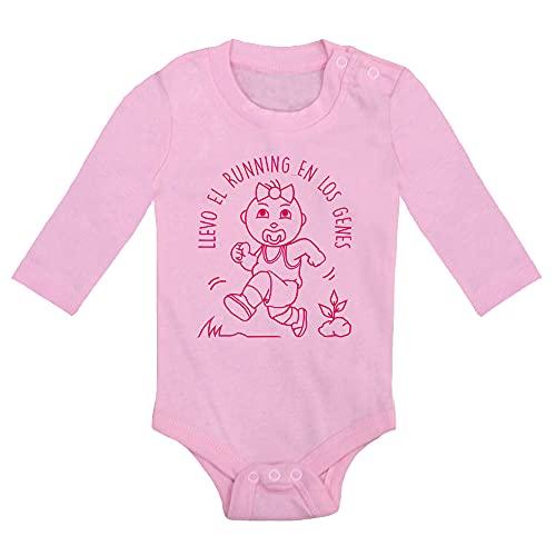 ClickInk Body bebé unisex Llevo el running en los genes v2. Regalo original. Body bebé divertido. Bebé deportista. Manga larga. (Rosa, 6 meses)