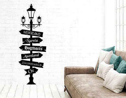 tjapalo® pkm538 Wandtattoo Wegweiser Fantasy Wegweiser Fandom Wandaufkleber Lampe mit Schildern nach Oz, Neverland, Narnia, Hogwarts, Auenland, Größe: H180xB58cm (Blickfang), Farbe: schwarz