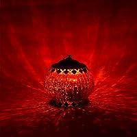 Modello: forma a lanterna classica. Il coperchio e la base sono realizzati in metallo. In vetro effetto bronzo. Disponibile in tre versioni a scelta: oro anticato, argento anticato e rosso Natale. Il corpo è realizzato a mano in vetro di alta qualità...
