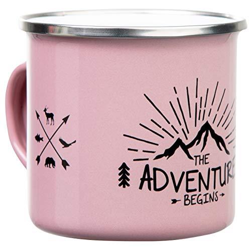 THE ADVENTURE BEGINS | Hochwertige Emaille Tasse in rosa pink | mit Outdoor Design | leicht und robust für Camping und Trekking | von MUGSY.de
