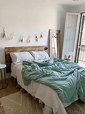 Un Cabecero de cama de abeto macizo compuesto por listones de madera dispuestos horizontalmente que aportará naturalidad y amplitud a tu dormitorio. Dimensiones: Queen size. 160 cm de largo x 100 cm de alto. Dos posibilidades de montaje: apoyado en e...