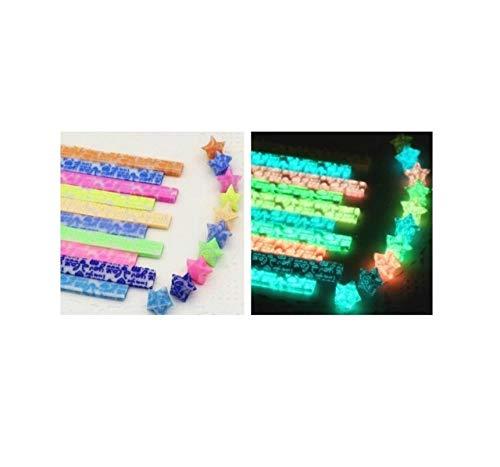 Origami-Streifen aus leuchtenden Sternen, Glückssternen, leuchtenden Nachtlichtern, farbigem Papier leuchten nachts, kleine Stapel fluoreszierender Papierstapel mit glitzerndem Goldpulver-A4