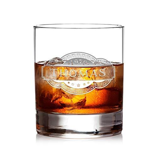 AMAVEL Whiskyglas mit Gravur Banderole, Personalisiert mit Name und Jahreszahl, Tumbler, Whiskeyglas, Graviertes Trinkglas, Füllmenge: 320 ml