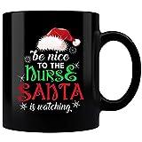 Tazza da infermiera con Babbo Natale che guarda l'infermiera, idea regalo per infermiere 15 oz bianco