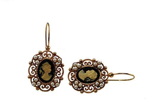 Pendientes Mokilu de latón hipoalergénico con efecto dorado envejecido florentino. Esmalte con cierre de gancho. Dos camafeos negros y pequeñas perlas de color marfil.