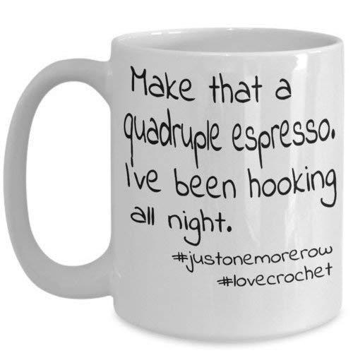Maureen52Dorothy koffiemok voor haak liefhebbers. Maak dat een Quadruple Espresso; ik ben de hele nacht aan het haken geweest. Grappige mok geschenken voor vrouwen haak ventilator onbeleefd humor 11Oz