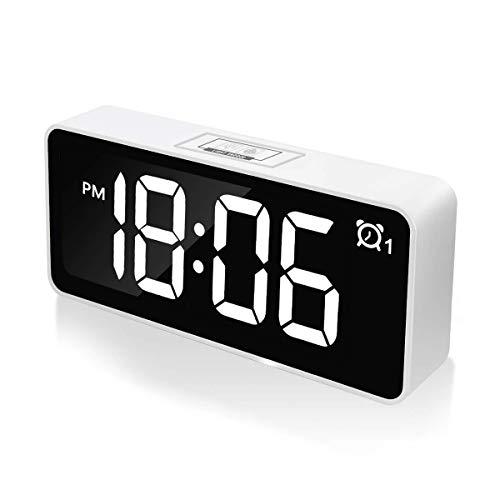 """CHEREEKI Reloj Despertador Digital, Despertadores Digitales LED de 4.6""""con Alarma Dual, Puerto de Carga USB, 12/24 Horas, Brillo Ajustable, función de Despertador, 25 música (Blanco)"""