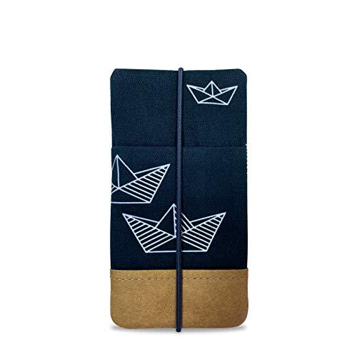 Kuratist Handytasche – Handgemacht – Kompatibel mit iPhone 11 Pro/X/XS, Galaxy S10/S9/S8/S7/S6/A5/A40, Huawei P30/P20/P20 Pro - Premium Baumwolle und Papier - 100{b3a1c37fb40461cca00805898d42704d3e6fdedbb9eace556b7eb2615b2a5ff9} Tier frei (Paper Boat Dark Blue)