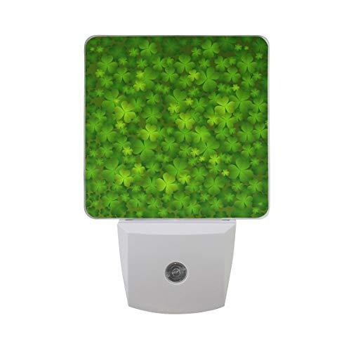 AOTISO Shine Clover Vierblättriges irisches Kleeblatt Glücklicher St. Patrick 'Tag auf grünen Farben Auto Sensor Nachtlicht Plug in Indoor