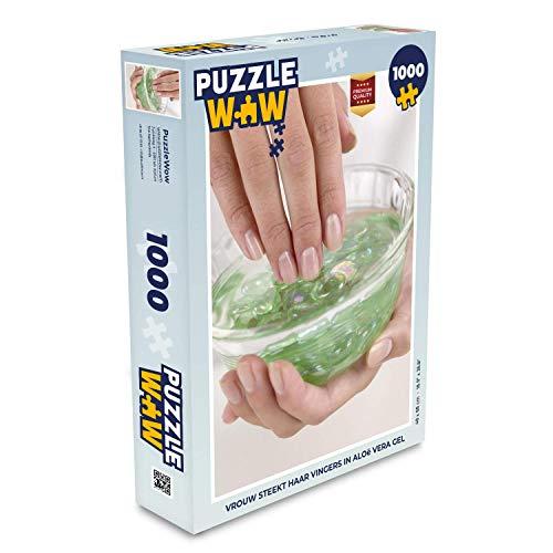 Puzzel 1000 stukjes volwassenen Gel 1000 stukjes - Vrouw steekt haar vingers in aloë vera gel - PuzzleWow heeft +100000 puzzels - legpuzzel voor volwassenen - Jigsaw puzzel 68x48 cm