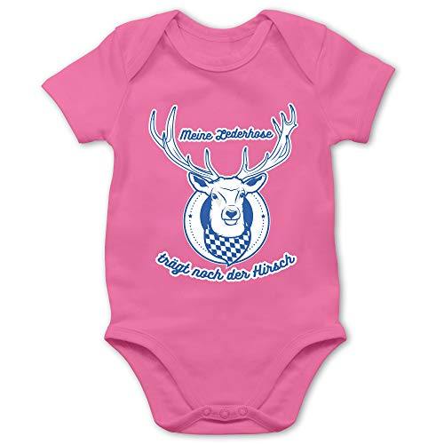 Shirtracer Oktoberfest & Wiesn Baby - Meine Lederhose trägt noch der Hirsch Rauten - 1/3 Monate - Pink - Lederhose Baby Junge - BZ10 - Baby Body Kurzarm für Jungen und Mädchen