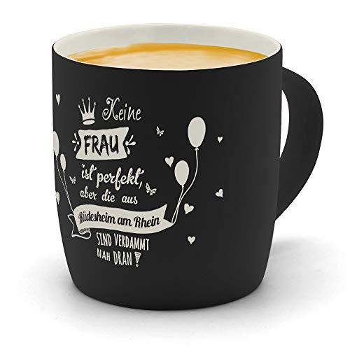 printplanet - Kaffeebecher mit Ort/Stadt Rüdesheim am Rhein graviert - SoftTouch Tasse mit Gravur Design Keine Frau ist Perfekt, Aber. - Matt-gummierte Oberfläche - Farbe Schwarz
