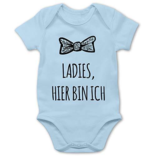 Shirtracer Sprüche Baby - Ladies Hier Bin ich - 3/6 Monate - Babyblau - Strampler Junge - BZ10 - Baby Body Kurzarm für Jungen und Mädchen