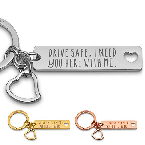 Merica Edler Schlüsselanhänger mit Gravur + Herz – Drive Safe I Need You here with me – Auto Schutzengel Lieblingsmensch Paare Männer Frauen (Silber)