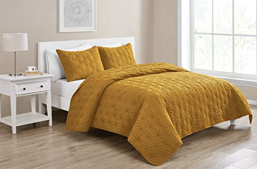 VCNY Home Ultra Soft, Wrinkle Resistant & Reversible Bedding Pattern 3 Piece Quilt Set, Full/Queen, Gold