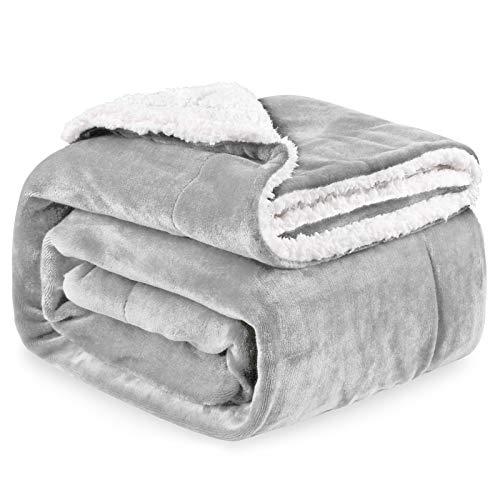 Kuscheldecke Sherpa Decke, Hochwertige Wohndecken aus Flannel Fleece, Extra Gemütlich und Warm Decke in Zweiseitig, 150x200 cm Fleecedecke als Sofaüberwurf, TV-Decke oder Wohnzimmerdecke (Hellgrau)
