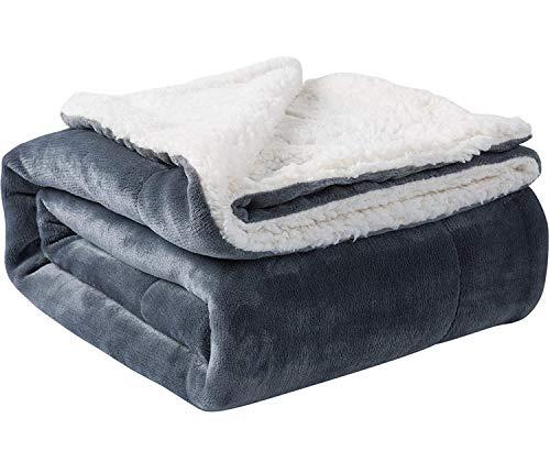 WOLKE SIEBEN Premium Kuscheldecke Lammfelloptik Sherpa Fleecedecke weich flauschig zweiseitig Sofadecke Couchdecke mit Geschenkverpackung (grau, 152 x 127 cm)