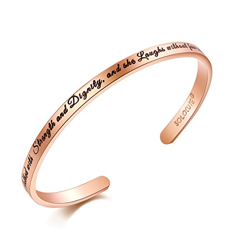 Solocute Damen Armband mit Gravur She is Clothed with Strength and Dignity, and she Laughs Without Fear of The Future. Inspiration Frauen Armreif Schmuck