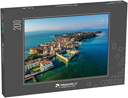 Puzzle 200 Teile Blick von Drohne - Burg Rocca Scaligera in Sirmione, Gardasee - Klassische Puzzle mit edler Motiv-Schachtel, Fotopuzzle-Kollektion 'Italien'