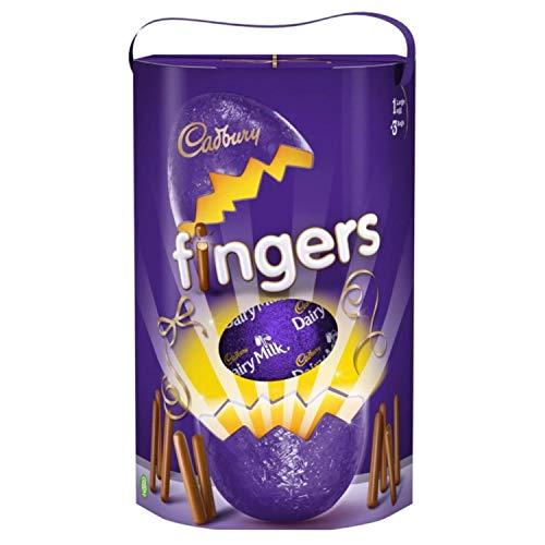 Cadbury Fingers Easter Egg 212G, Uovo cavo di cioccolato al latte con tre sacchetti di mini biscotti croccanti ricoperti di cioccolato al latte