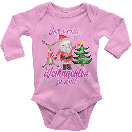 Mikalino Babybody mit Spruch für Jungen Mädchen Unisex Langarm Unser erstes Weihnachten zu dritt (pink) | handbedruckt in Deutschland | Handmade with Love, Farbe:rosa, Grösse:74