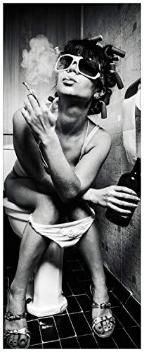 Wallario Poster - Kloparty - Sexy Frau auf Toilette mit Zigarette und Schnaps in Premiumqualität, Größe: 50 x 125 cm