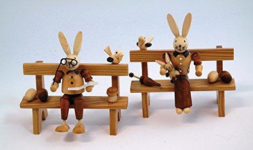 Hase (naturel) sur banc 2 coloris assortis (1pro Achat) U 16,5 x 7,5 x 12,5 cm neuf Pâques Pâques Figurine