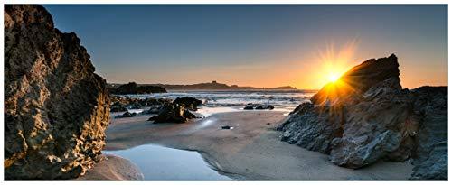 Wallario Acrylglasbild XXL Sonnenuntergang hinter einem Felsen am Strand - 80 x 200 cm in Premium-Qualität: Brillante Farben, freischwebende Optik