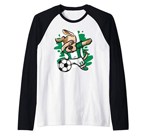 Divertido Dabbing Perro Fútbol de Nigeria Bandera de Nigeria Camiseta Manga Raglan