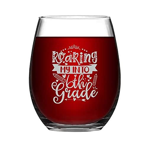 Taza de vino sin tallo de 15 onzas con texto en inglés 'Roaring My Into' de 6º grado, con ideas para crismes, día de Acción de Gracias, día del padre, amiga, mamá, marido, esposa, novia.