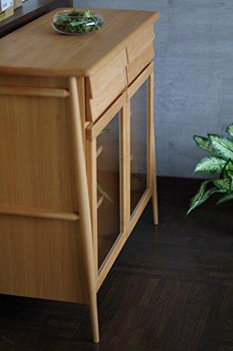 大塚家具ブランド「ISSEIKI」のサイドボードは、上品な木目のアルダー無垢材を使用。  引き出しには軽くて防虫効果も期待できる桐を使っています。  手がかけられたことが伝わってくる足の作りは、横からの佇まいも美しく、部屋をワンランクアップしてくれます。 2つの引き出しと、3段の収納ができ容量も十分◎