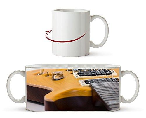 Nahaufnahme einer Gitarre als Motivetasse 300ml, aus Keramik weiß, wunderbar als Geschenkidee oder ihre neue Lieblingstasse.