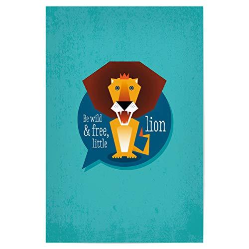 artboxONE Poster 45x30 cm Typografie Sei wild und frei, Kleiner Löwe - Bild Löwe Tiere Kinderzimmer
