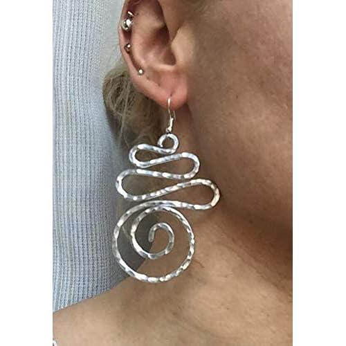 orecchini lunghi in filo di alluminio martellato leggerissimi spessore fino
