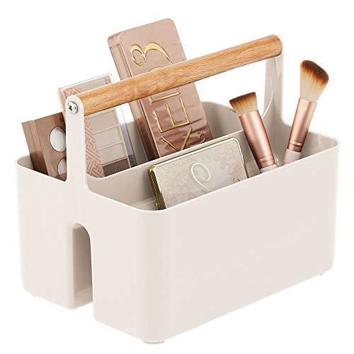 mDesign Cesta con asa para el baño – Caja organizadora con 2 compartimentos para cosméticos, maquillaje o pintaúñas – Organizador de cosméticos portátil de plástico con asa de madera – crema