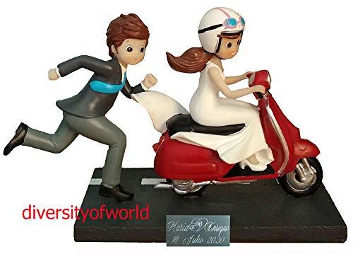 diversityofworld Figura de Novios Moto-Vespa con Placa GRABADA con el Texto Que Indiques y Dibujo Corazón (Opcional)