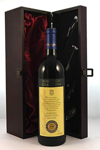 Bonarda Greco Nero San Juan 1998 in einer mit Seide ausgestatetten Geschenkbox, da zu 4 Weinaccessoires, 1 x 750ml