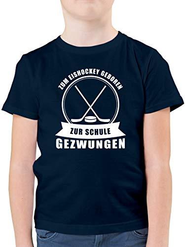Sport Kind - Zum Eishockey geboren. Zur Schule gezwungen - 128 (7/8 Jahre) - Dunkelblau - zum Eishockey geboren - F130K - Kinder Tshirts und T-Shirt für Jungen