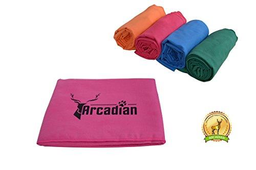Toalla de microfibras grande para perro por Arcadian en azul, verde, naranja, y rosa. Estas vibrantes toallas son el regalo perfecto para su amada mascota. Hecha de microfibra de calidad de primera, e