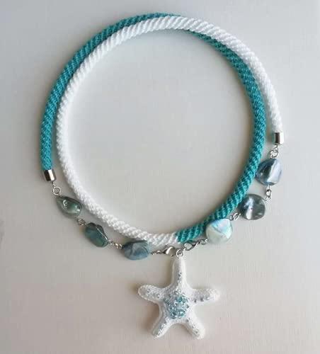 collar de ganchillo turquesa. y blanco con cuentas de nácar y pendiente estrella de mar