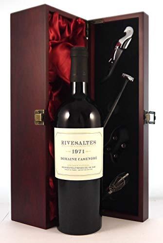 Domaine Casenobe 1971 Rivesaltes in einer mit Seide ausgestatetten Geschenkbox, da zu 4 Weinaccessoires, 1 x 750ml